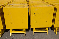 Kolonnen av gula tabeller Arkivfoton