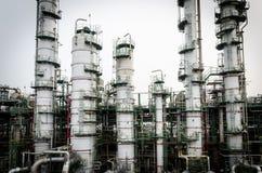 Kolonnen står hög petrochemicalväxten arkivfoto
