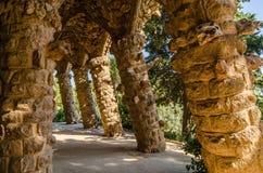 Kolonner av Antoni Gaudi parkerar in Guell Arkivfoto