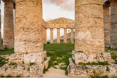 Kolonner av civilisation för tempel för klassisk arkitektur för gammalgrekiskatempel forntida medelhavs- royaltyfri bild