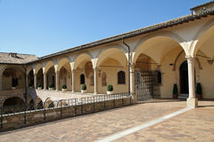 Kolonner av cloisteren i basilicaen royaltyfria bilder