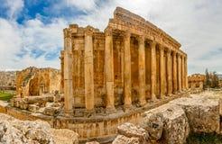 Kolonner av den forntida romerska templet av bacchusen med att omge fördärvar arkivbilder