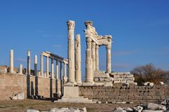 kolonner av den forntida staden Pergamon & x28; Bergama& x29; , Turkiet Royaltyfri Fotografi
