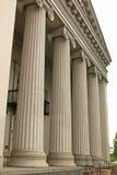 Kolonner av den gamla domstolsbyggnaden Royaltyfri Bild