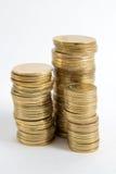 Kolonner av guld- och silvermynt på vit bakgrund Pengarbegrepp, investmentbank Arkivbilder