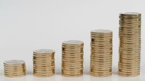 Kolonner av mynt som symboliserar tillväxtdiagrammet stock video