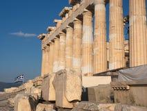 Kolonner av Parthenontemplet på akropol, Aten, Grekland på solnedgången mot blå himmel arkivbild