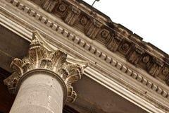 Kolonner beskådar från en vinkel Royaltyfria Foton