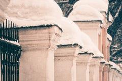 Kolonner colvered med snö efter tungt snöfall i Moskva arkivbilder