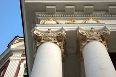kolonner dekorerade guld- white Royaltyfri Foto