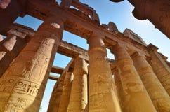 Kolonner i den Karnak templet Luxor egypt Arkivfoton