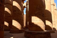 Kolonner i hypostyle korridor på den Karnak templet - Luxor, Egypten Royaltyfria Foton