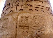 Kolonner i karnaktempel med den forntida Egypten hieroglyfer Karnak arkivbilder