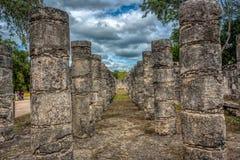 Kolonner i templet av tusen krigare, Chichen Itza, Mexico royaltyfri foto