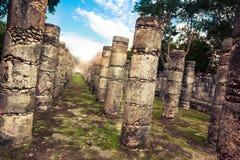 Kolonner i templet av tusen krigare i Chichen Itza, Yucata Arkivfoto