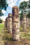 Kolonner i templet av tusen krigare i Chichen Itza, Yucata Arkivbilder