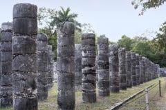 Kolonner i templet av tusen krigare i den Chichen Itza ruien arkivfoton