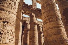 Kolonner med hieroglyf i den Karnak templet på Luxor, Egypten Resor arkivfoton
