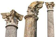 Kolonner med huvudst?der i Corinthian stil som isoleras p? vit royaltyfria bilder