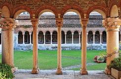 Kolonner och bågar i den medeltida kloster av helgonet Zeno Royaltyfri Foto