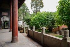 Kolonner och balustrader av åldrig kinesisk byggnad arkivfoto