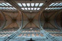 Kolonner och huvudsakligt skepp av den gotiska domkyrkan av Avila Arkivfoto