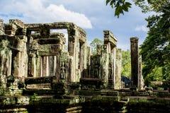 Kolonner och stendörrar i Angkor Wat cambodia Arkivfoto