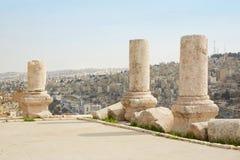 Kolonner på den Amman citadellen, Jordanien, stadssikt Royaltyfri Bild