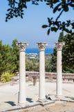 Kolonner på den forntida platsen av Asclepeion i den Kos ön, Grekland royaltyfri fotografi