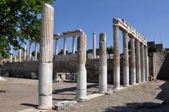 Kolonner på den Pergamon eller Pergamum gammalgrekiskastaden i Aeolis, nu nära Bergama, Turkiet Fotografering för Bildbyråer
