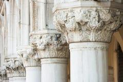 Kolonner på doges slott i Venedig arkivfoton