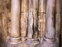 Kolonner på ingången till kyrkan av den heliga griften - den huvudsakliga pilgrimsfärddestinationen innehåller Golgotha och gravv Arkivbilder