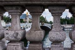 Kolonner på sidan av den Pont Alexandre III bron i Paris, franc royaltyfri fotografi