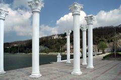 Kolonner på sjöpromenaden i Abrau-Dyurso Fotografering för Bildbyråer