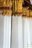 Kolonner som dekorerades med guld, pläterade prydnaden i thailändsk tempel Fotografering för Bildbyråer