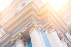 Kolonnerna av den kyrkliga arkitekturen är forntida, den bästa sikten är ljus Arkivfoto