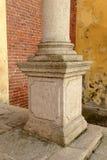 Kolonnsockel av den kyrkliga fasaden på den Morimondo abbotskloster, Milan, Italien Royaltyfria Foton