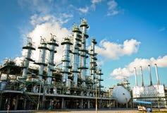 Kolonntorn i petrochemicalväxt royaltyfria foton