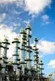 Kolonntorn i petrochemicalväxt Royaltyfri Bild