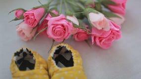 Kolorów żółtych buty dla nowonarodzonego dziecka zdjęcie wideo