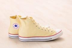 Kolorów żółtych Converse sneakers Zdjęcia Royalty Free