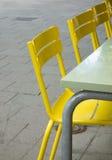 Kolorów żółtych krzesła obraz stock
