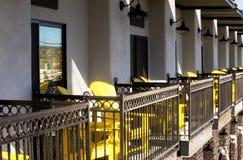 Kolorów żółtych krzesła na balkonie w Cottonwood Arizona Fotografia Royalty Free