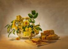 kolorów żółtych kwiaty i tort Obrazy Stock