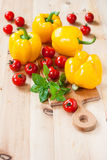 Kolorów żółtych pieprze, pomidory i zielony basil na drewnianym stole, Obraz Stock
