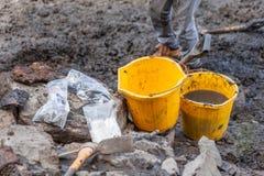 Kolorów żółtych wiadra i Archeologiczni znaleziska Zdjęcie Stock