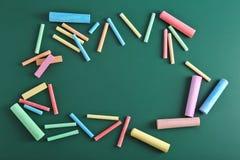 Kolorów kawałki kreda na zielonym tle zdjęcie stock