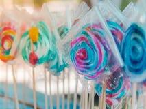 Kolorów lizaki w plastikowym opakunku Fotografia Stock