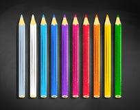 Kolorów ołówki kłama na czarnym chalkboard ilustracji