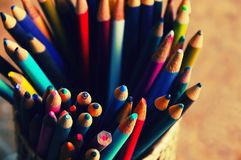 Kolorów ołówków zbiornik na biurku obraz royalty free
